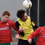 Keane Tomboy in de tang tussen Maarten van der Burgt en Jorgen Asselberghs